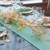 коряги с цветами на столах гостей