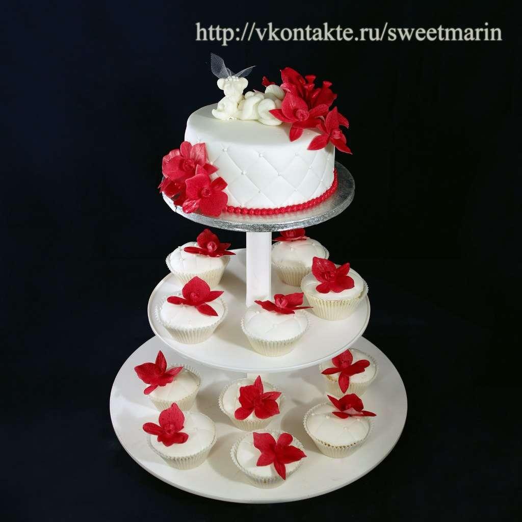 свадебный торт с капкейками фото красно золотой можно