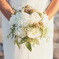 Букет невесты из белых гортензий, роз и зелени