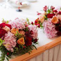 "Цветочная композиция на столе молодоженов. Свадебное оформление в ресторане ""Галерея"""