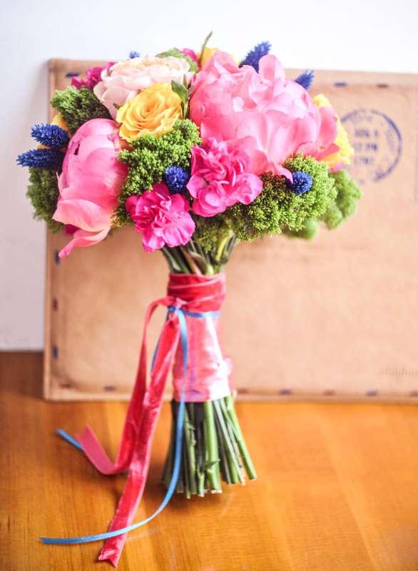 Букет невесты из розовых пионов и гвоздик, желтых роз, зеленого трахелиума и синих колосков, завязанный голубой тонкой и - фото 1548613 Цветочная мастерская Teplitsa