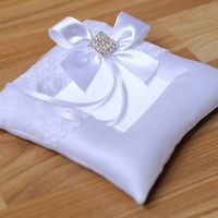 Подушечка для колец в белом цвете с выемкой для колечек