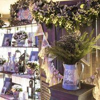 цветы за столом жениха и невесты в бело-зеленой гамме