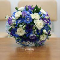 Круглый букет невесты в сиреной гамме из фиалок, роз и эустом