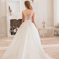 Изумительно восхитительное свадебное платье с кружевным корсетом. Корсет богато расшит бисером, стеклярусом и тончайшей платиновой ниточкой. Такое нежное, восхитительно красивое, наполнено блеском и роскошью кристаллов. Прозрачная спинка платья придает ем