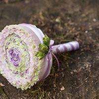 необычный букет для оригинальной и смелой невесты в светлых фиолетово-сиреневых оттенках.