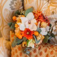 Букет невесты из белых орхидей и оранжевых гербер
