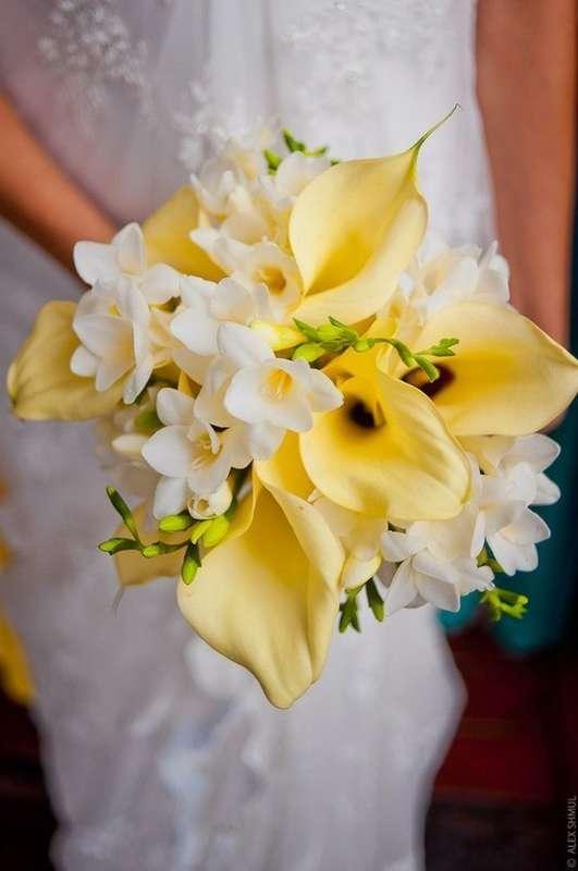Необычный, букет невесты фрезии антуриум каллы цветы