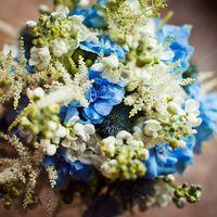 Букет невесты из голубых гортензий и белых фиалок