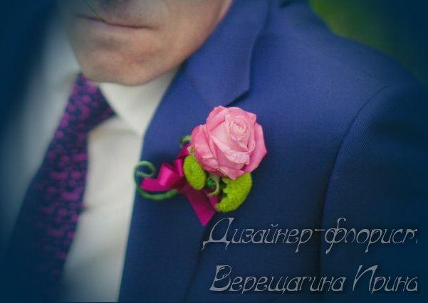 Бутоньерка жениха в розово-зеленой гамме из розовой розы и хризантемы