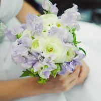 Нежный букет невесты из фиалок и ранункулюсов в сиреневых тонах