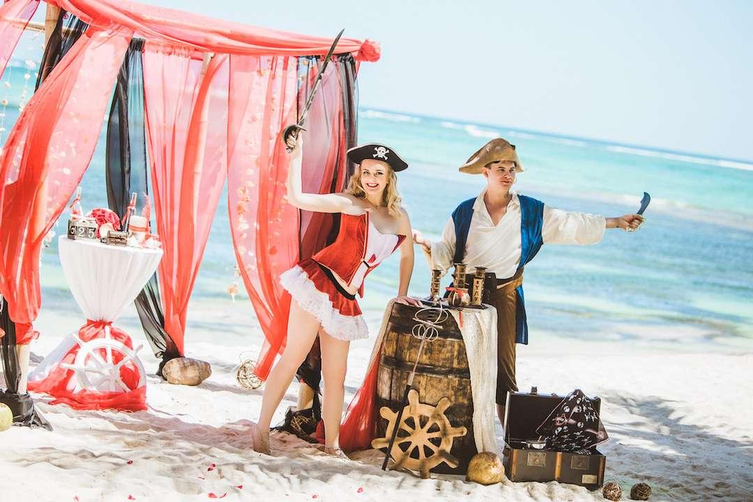 пиратка невеста фото розовато-серая, крылья черные