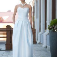 Bali: необычная форма, подчернуто минималистичный стиль – это и есть образ современной невесты. Это платье выделено в дизайнерскую линию I.N. Soul Ткани и материалы: сатин-микадо Цвет: платья: белый, небесный, жемчужный, кремовый Идея: колье на широки