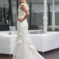 Penelope: шикарное силуэтное платье, цветочный образ для яркой невесты! Изящная лямка и подол платья усыпан необычными цветками выполненными из натуральной тафты. Идеальный силуэт платья, правильные пропорции, ассиметричные драпировки – все это создает ор