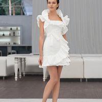 Poline: коротенькое и безумно женственное платье, дополненное легкомысленными рюшечками. При этом платье имеет плотный корсет и плавную линию декольте, что позволяет ему идеально подчеркивать достоинства любой фигуры. Цвет платья: белый, молочный, кремов