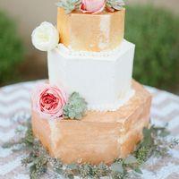 Заказали вот такой торт, сверху только белая мастика и двухярусный. Будем украшать живыми цветами:)