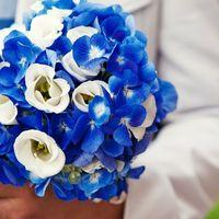 Букет невесты в круглом стиле из синих гортензий и белых эустом