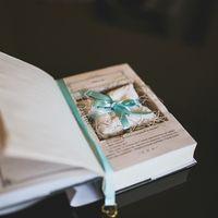 Подушечка для колец в подставке-книге на свадьбе Марии и Ивана