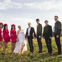 Невеста, жених, их друзья и подружки в розовом