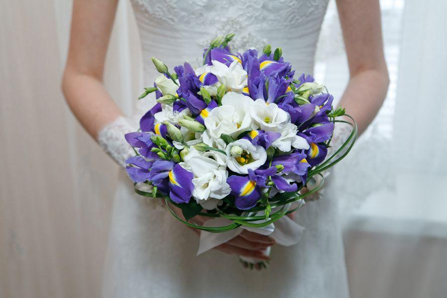 Букет невесты из сиреневых ирисов и белых эустом  - фото 1779451 Фотограф Ерошин Тарас