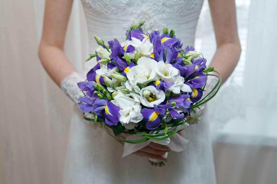 Букет невесты с белыми розами и ирисами, цветы подарить