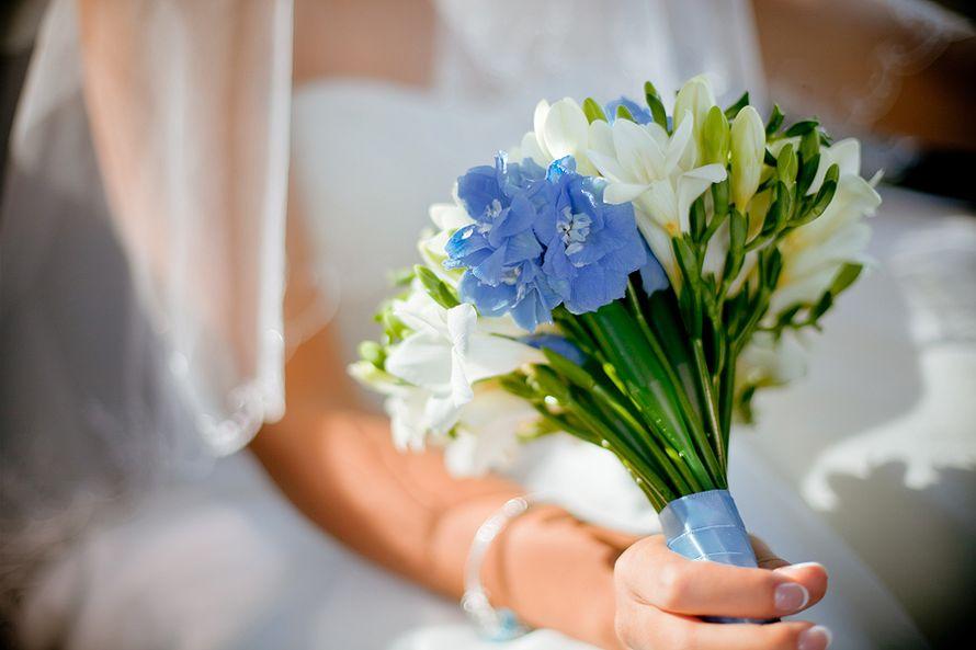 Букет невесты с дельфиниумами, цветами саду