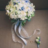 Букет невесты из голубых гортензий, мускарий, белых орхидей и роз