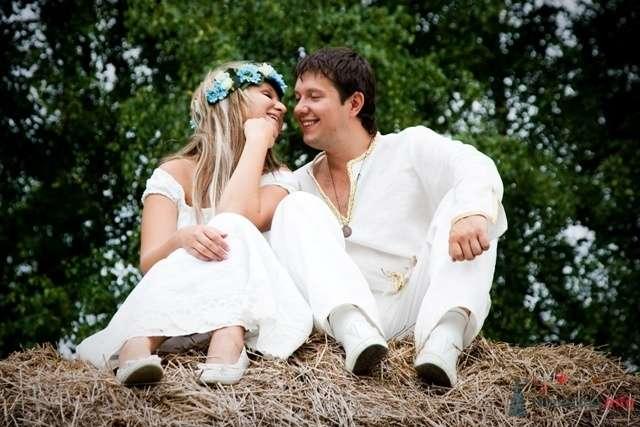 Жених и невеста сидят, прислонившись друг к другу, на стоге сена - фото 39595 TY