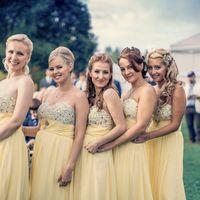 Подружки невесты в одинаковых желтых платьях очень элегантно подчеркивали стиль всей свадьбы
