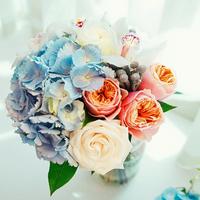 Букет невесты из розовых и белых роз, голубых гортензий и белых орхидей