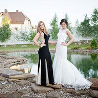 """Невеста в длинном белом платье """"русалка"""" с гипюром и подружка в длинном черном платье с бежевыми клиньями А-образного силуэта возле озера"""