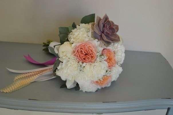 Букет невесты из белоснежных пионов и гвоздик, роз Вувузелла и суккулентика!!! - фото 2536383 Барбарис studio - студия флористики, декора