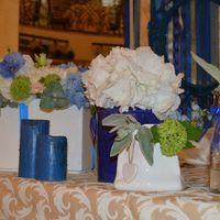 Стол молодоженов украшают цветочные композиции и отдельностоящие цветы в вазах различных форм и оплавленные свечи!
