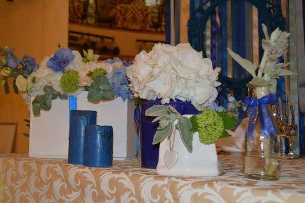 Стол молодоженов украшают цветочные композиции и отдельностоящие цветы в вазах различных форм и оплавленные свечи! - фото 2536509 Барбарис studio - студия флористики, декора