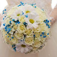 Букет невесты из белых ромашек роз и ромашек с голубым лимониумом