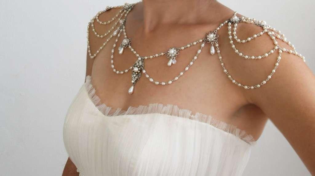 Украшение на плечи и шею для открытого платья из белых бусин и каплевидных подвесок  - фото 2251002 arbuz