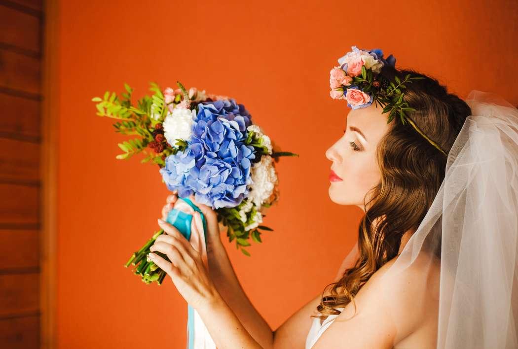 Образ невесты в английском стиле с венком на голове и букетом невесты из голубых гортензий, белых гвоздик, розовых роз и зелени в руках - фото 1855637 Фотостудия Марины Кочаровской