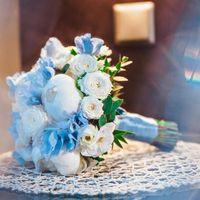 Букет невесты из голубых гортензий, белых роз и пионов