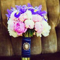 Букет невесты из голубых ирисов и розовых пионов