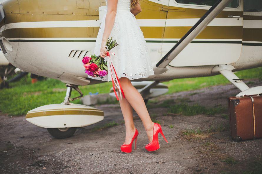 """Невеста возле вертолета с букетом красных цветов и в красных лаковых туфлях на высоком каблуке. - фото 2481611 Свадебное агентство """"Wedkitchen"""""""