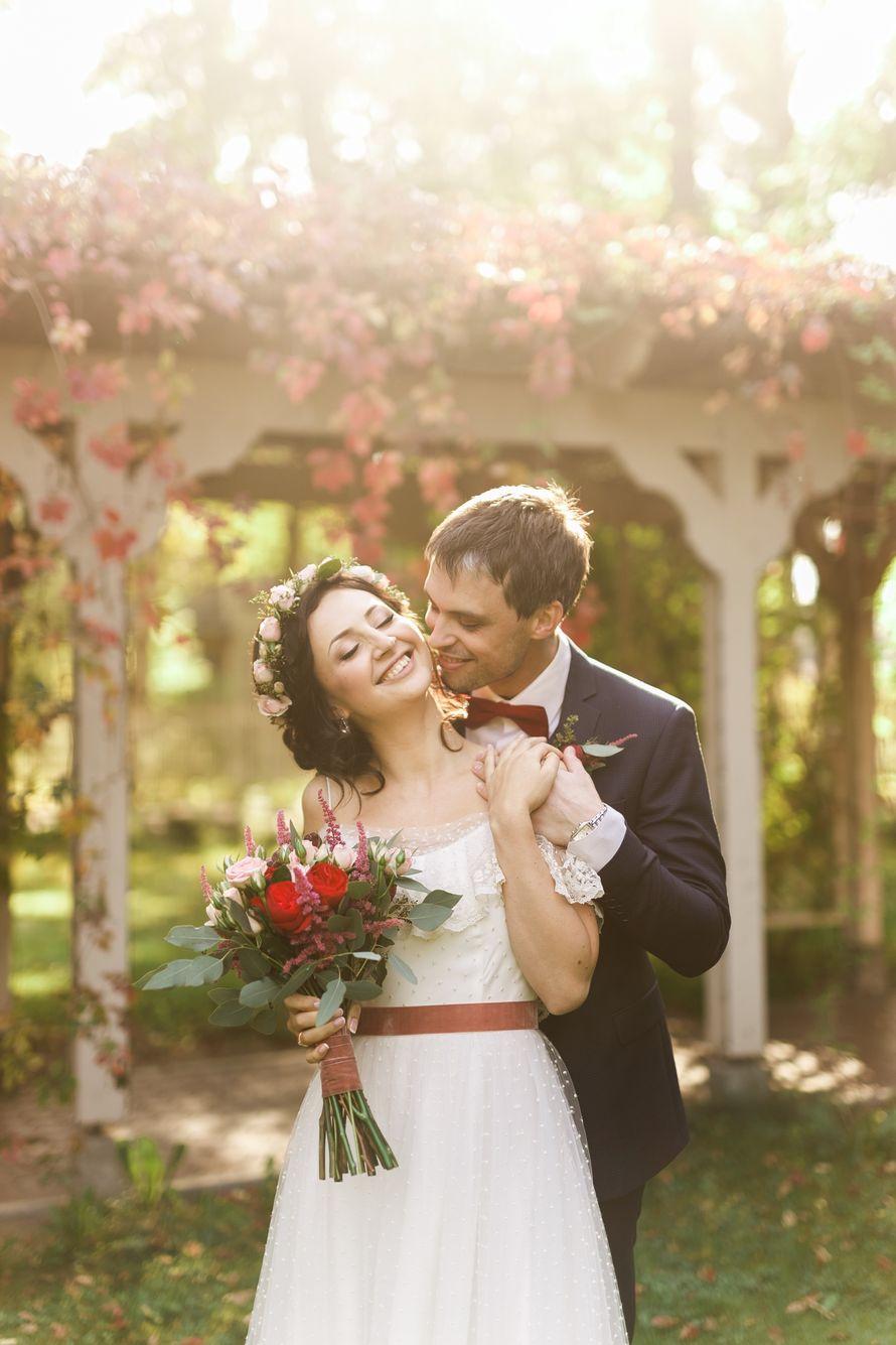"""Жених и невеста, прислонившись друг к другу, стоят на фоне арки и осенних листьев - фото 3412945 Свадебное агентство """"Wedkitchen"""""""