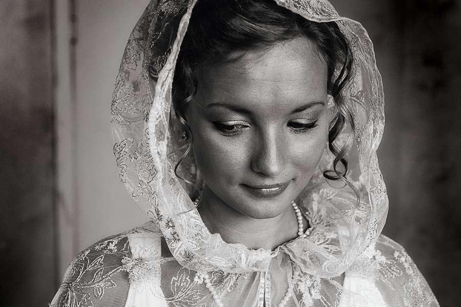 Белый гипюровый плащ с капюшоном стал элегантной альтренативой фате - фото 1891111 Фотограф Александр Стеценко