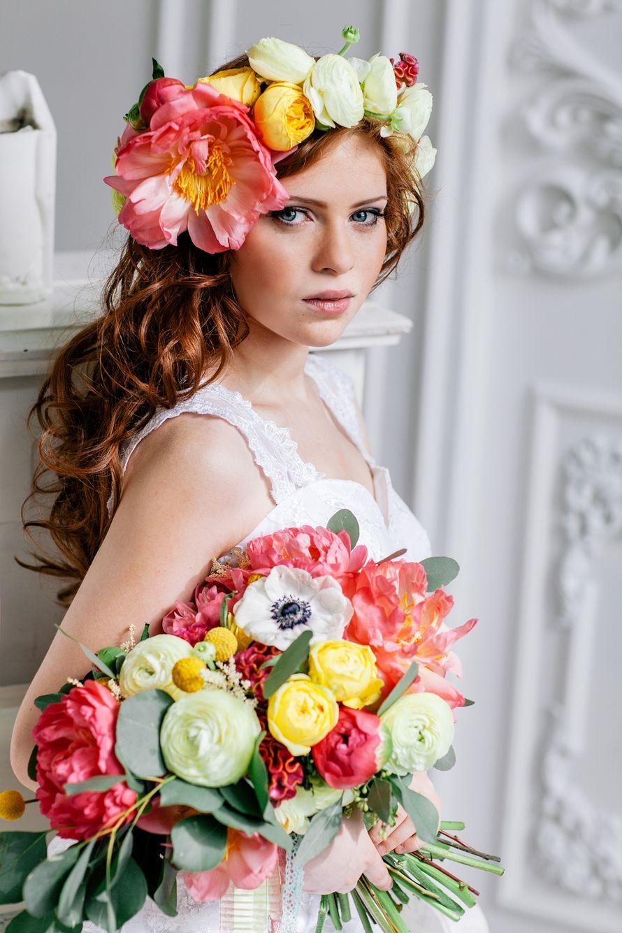 Букет невесты и венок из розовых пионов, белых ранункулюсов и анемонов, желтых краспедий, зеленого эвкалипта, розовых и желтых - фото 2116884 Фотограф Сидорова Лидия