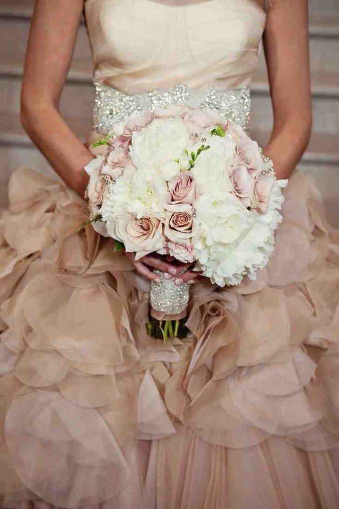 Невесты красный, букет невесты к платью цвета шампань
