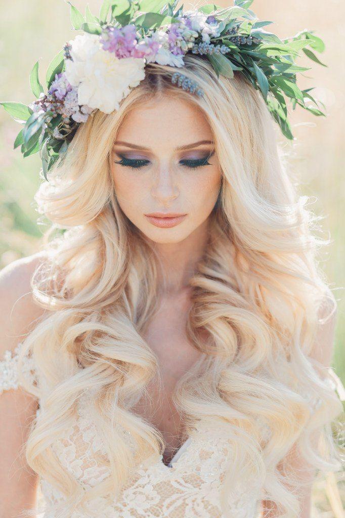 Распущенные волосы невесты украшает венок из зелёных листьев и цветов в белых и сиреневых тонах - фото 2920655 Свадебные стилисты Art4Studio