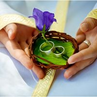 Плетёная корзиночка для колец с живыми цветами