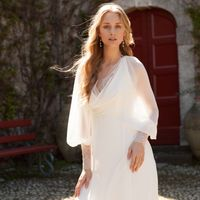 шифоновое летящее свадебное платье с кружевом открытой спиной и рукавчиками. отличный вариант для лета