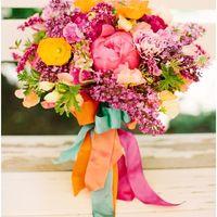 Яркий букет невесты для весенний свадьбы из пионов и сирени