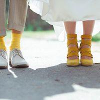 Образ жениха: носки в цвет туфелек невесты. :-)