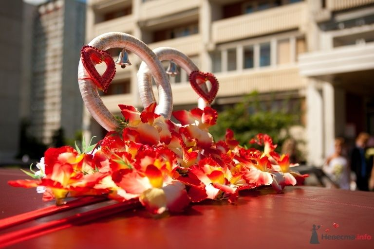 Стойка из колец с красными маленькими сердечками с красными цветами у основания в тон авто. - фото 41851 КатёночкаИзЗелика